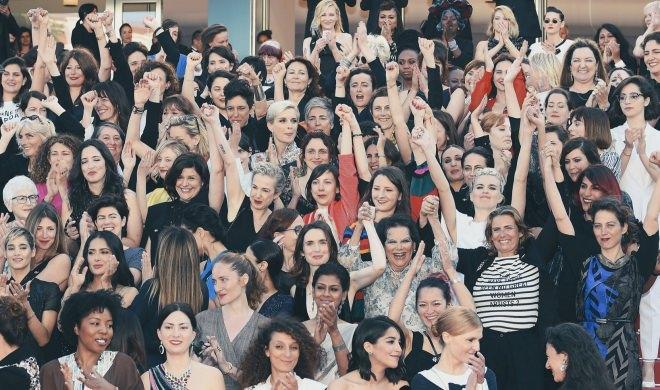 Mulheres sobem degraus em Cannes